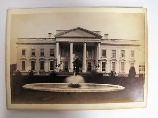 BLACK AND WHITE PHOTOGRAPH OF THE WHITE HOUSE, VIEW OF FRONT OVERLOOKING THE FOUNTAIN. D. C. Washington.